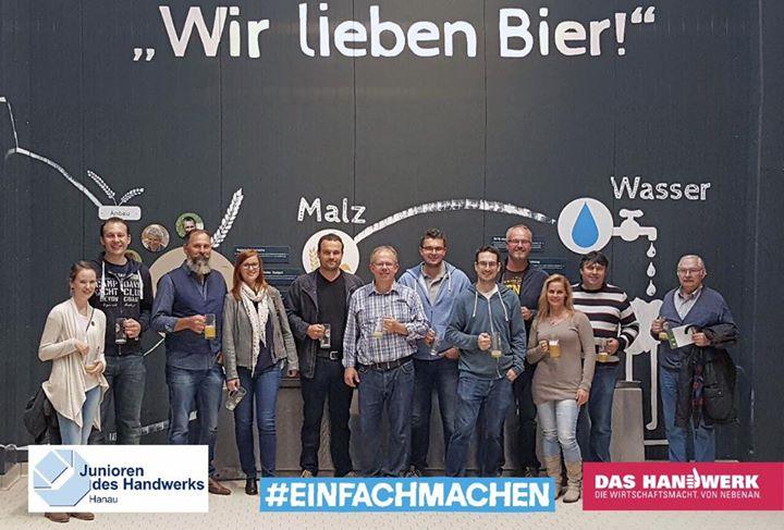 """Besichtigung der Glaabsbräu-Brauerei in Seligenstadt  Mit einer Familiengeschichte von über 270 Jahren ist die Glaabsbräu aus Seligenstadt die älteste Brauerei Südhessens und gehört zugleich zu den modernsten Brauereien Deutschlands. Grund genug für die Handwerksjunioren, dort eine zweistündige Besichtigung durchzuführen.  Eine Führung durch Glaabsbräu war nicht nur informativ, sondern vor allem ein Erlebnis! Schließlich gab es eine Menge zu erfahren und auszuprobieren. Angefangen mit spannenden Geschichten über die Kunst des Bierbrauens, die besondere Brau- und Rohstoffphilosophie sowie die regionale Verbundenheit der Brauerei.  Wir starteten mit einer Ausstellung zur Unternehmensgeschichte und kamen dann in die moderne Brauanlage. Ein Überblick über den Brauprozess und den Einsatz der Rohstoffe wurde anschaulich erklärt. Zum Schluss wurden verschiedene Biere im """"Schalander"""" genüsslich verkostet.  #einfachmachen #JuniorendesHandwerks #Handwerksjunioren #Handwerk #dasHandwerk #handwerkerleben #Hanau #Hessen #Seligenstadt #Brauerei #Glaabsbräu Das Handwerk"""